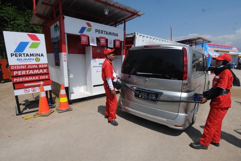 Petugas Pertamina melayani pemudik saat membeli bahan bakar minyak di Rest Area KM 456, Kabupaten Semarang, Jawa Tengah, Kamis (30/5/2019).