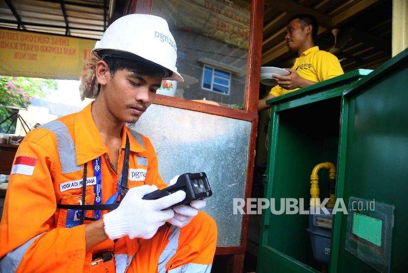Petugas Perusahaan Gas Negara (PGN) melakukan pengecekan meteran saluran pipa gas disebuah rumah makan di Cirebon, Jawa Barat, Senin (17/10).