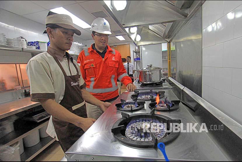 Petugas Perusahaan Gas Negara (PGN) memeriksa aliran gas pelanggan rumah tangga di Medan, Sumatera Utara, Kamis (22/2). Saat ini total pelanggan PGN di area Medan mencapai 20.230 pelanggan yang terdiri dari 19.697 rumah tangga, 417 pelanggan kecil, 71 industri jasa komersil dan 45 industri manufaktur pembangkit listrik.