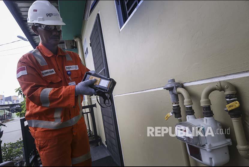 Petugas PGN melakukan pengecekan berkala terhadap jaringan pipa PGN dengan menggunakan alat Laser Minimetan di Kawasan Batu Aji, Batam, Kepulauan Riau, Selasa (13/3).