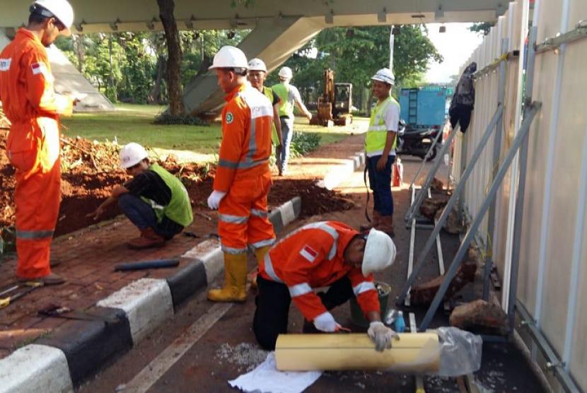 Petugas PGN memperbaiki kebocoran pipa gas. (ilustrasi)
