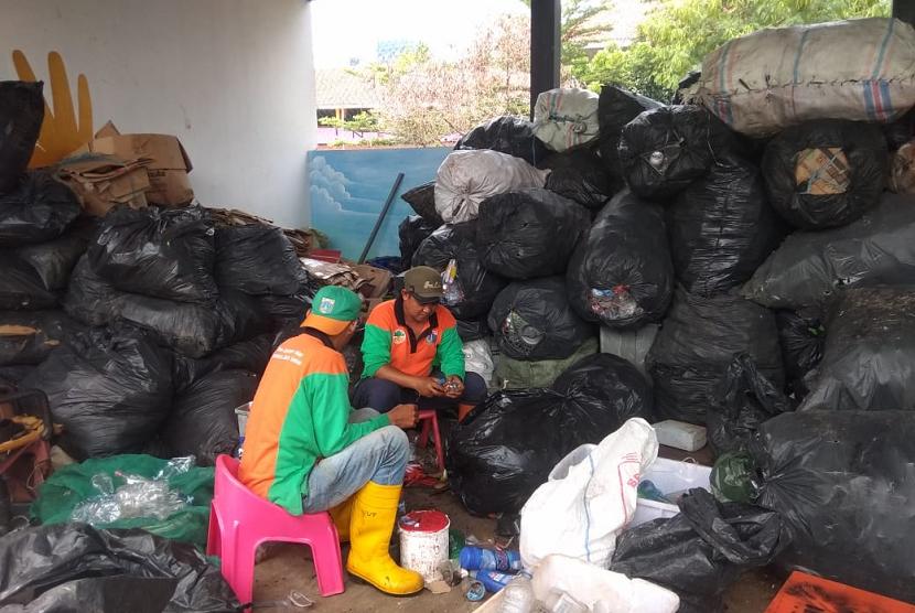Petugas PJLP di Bank Sampah Menteng Atas, Kecamatan Setiabudi, Jakarta  Selatan.