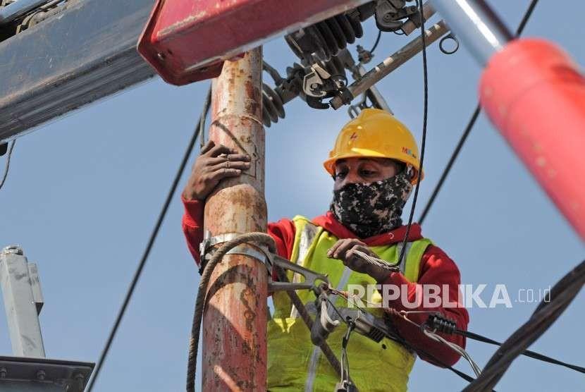 Petugas PLN dari Gorontalo memperbaiki saluran listrik yang rusak di salah satu ruas jalan di Palu, Sulawesi Tengah, Kamis (4/10).