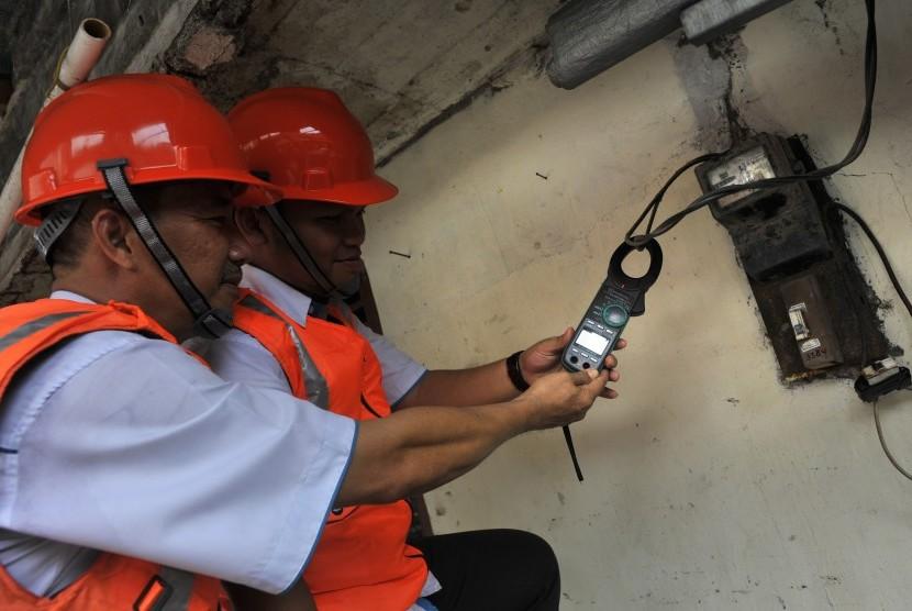 Petugas PLN memeriksa tegangan listrik di rumah pelanggan. (Ilustrasi)
