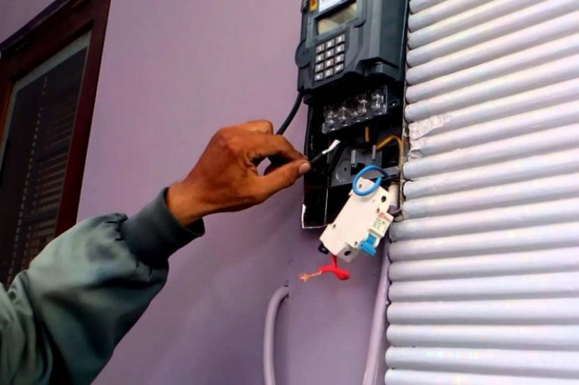 Petugas PLN memeriksa meteran di sebuah rumah (ilustrasi).