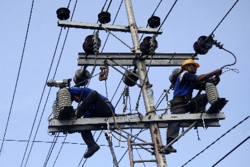 Petugas PLN mengganti trafo listrik yang rusak (ilustrasi).