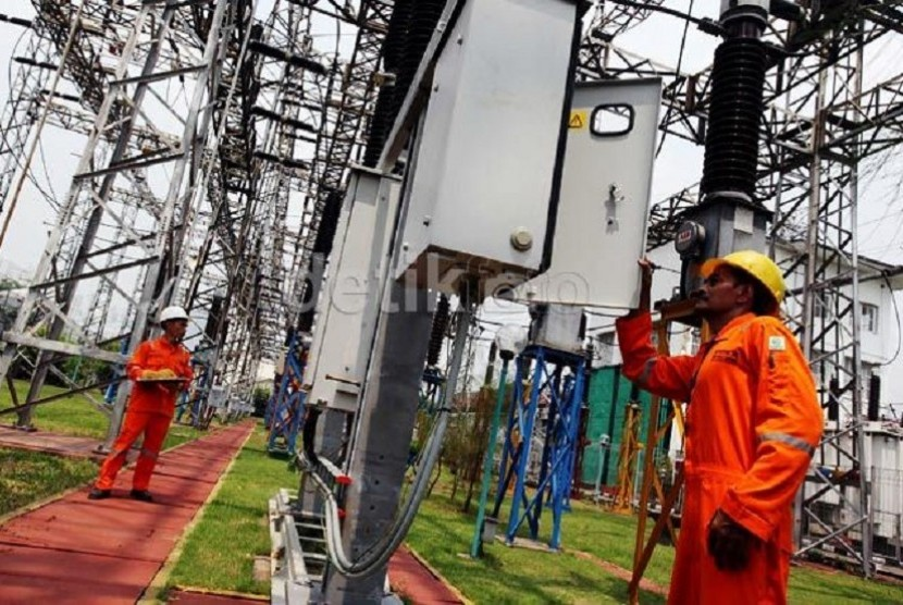 Petugas PLN merawat jaringan listrik.