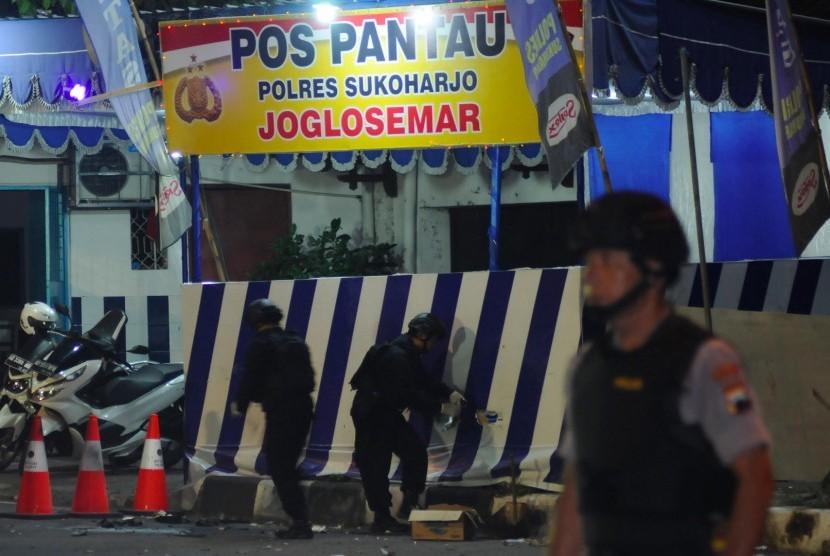 Petugas Polisi melakukan olah tempat kejadian perkara lokasi kejadian bom bunuh diri di Pospam Kartasura, Sukoharjo, Jawa Tengah, Selasa (4/6/2019).