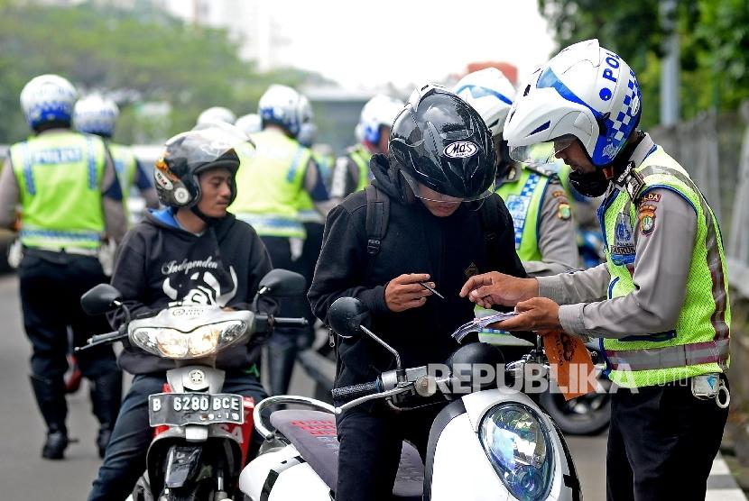 Petugas polisi melakukan penindakan terhadap pelangar lalu lintas. (ilustrasi)