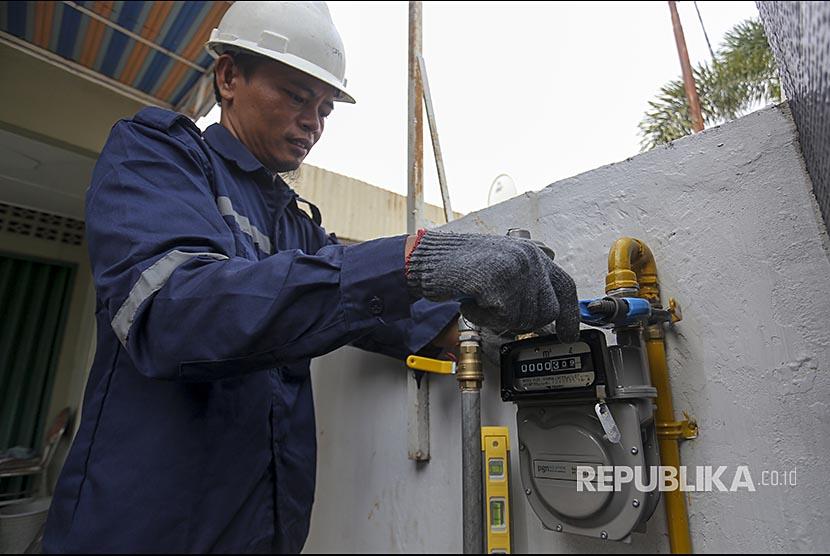 Petugas PT Perusahaan Gas Negara (PGN) (Persero) Tbk melakukan pemasangan meteran jaringan gas rumah tangga di Palembang, Sumatera Selatan, Jumat (3/11). Saat ini PGN telah memasok gas bumi di Palembang ke 6.045 pelanggan