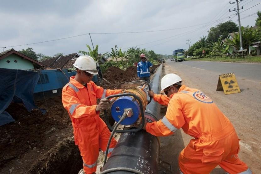 Petugas PT Perusahaan Gas Negara Tbk (PGN) sedang memasang jaringan pipa gas bumi. ilustrasi