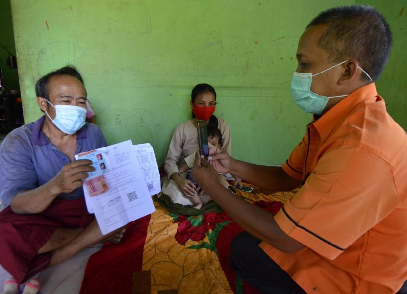 Petugas PT Pos Indonesia mendatangi rumah warga kurang mampu saat penyaluran Bantuan Sosial Tunai (BST).PT Pos Indonesia (Persero) mengejar target pendistribusian Bantuan Sosial (Bansos) Tunai di wilayah terluar yang belum selesai.