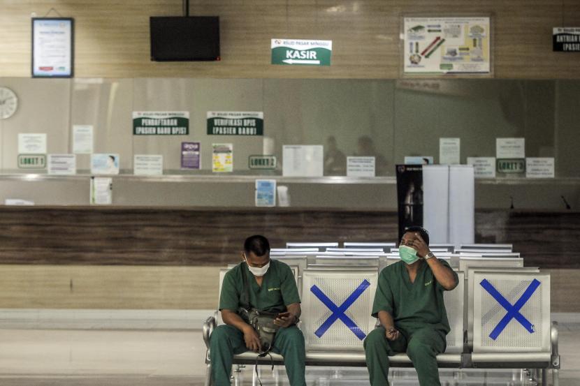 Petugas saat beristirahat di RSUD Pasar Minggu, Jakarta.Direktur RSUD Pasar Minggu dr. Yudi Amiarno membenarkan adanya pasien Covid-19 yang mengamuk. Satpam, kata dia, melumpuhkan pria itu dengan alat listrik.
