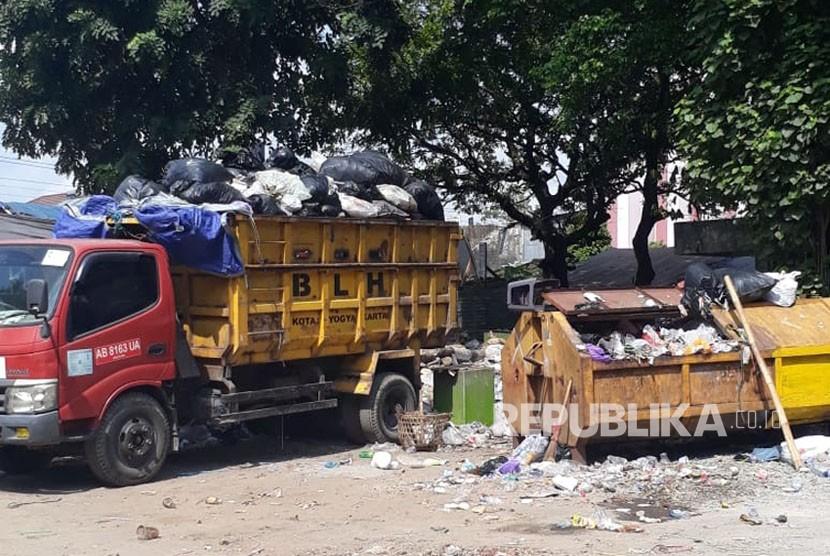 Sampah-sampah di Tempat Pembuangan Sampah Sementara di UPT Malioboro, Yogyakarta, Selasa (19/6). Petugas sampah kewalahan mengangkut sampah yang meningkat hingga empat kali di sepanjang Malioboro pascalebaran.
