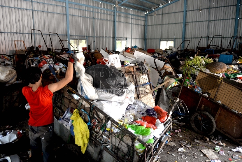 Petugas sampah memilah sampah di Tempat Pengolahan Sampah Terpadu (TPST) Modern di Kelurahan Utan Kayu Selatan, Matraman, Jakarta, Senin (9/11).