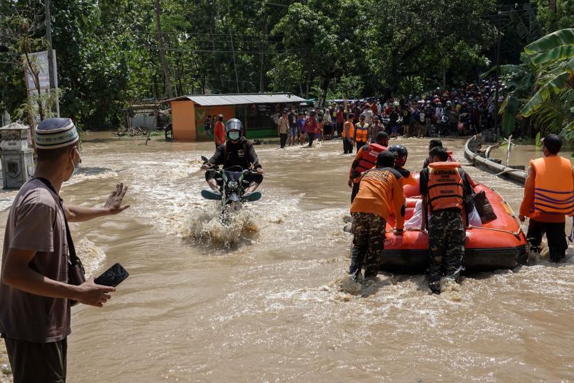 Petugas SAR gabungan menyeberangkan warga menggunakan perahu karet di ruas jalan nasional Jeruklegi-Kawunganten, yang terputus akibat banjir di Desa Jeruklegi Wetan, Jeruklegi, Cilacap, Jawa Tengah, Rabu (21/7/2021). Hujan deras menyebabkan banjir di beberapa wilayah di Kabupaten Cilacap, yang menggenangi tiga titik jalan nasional di kecamatan Jeruklegi dan menyebabkan arus kendaraan terhambat, serta merendam sejumlah rumah warga hingga ketinggian satu meter. (Ilustrasi)