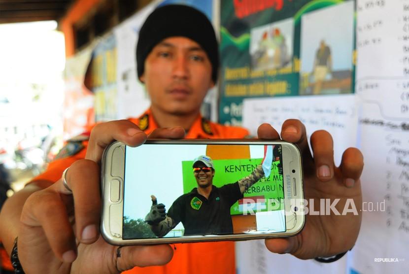Petugas SAR menunjukan foto pendaki Andrey Voytech, warga negara Selandia Baru, yang hilang di gunung Merbabu di Pos Thekelan, Desa Batur, Getasan, Kabupaten Semarang, Jawa Tengah, Rabu (4/4).