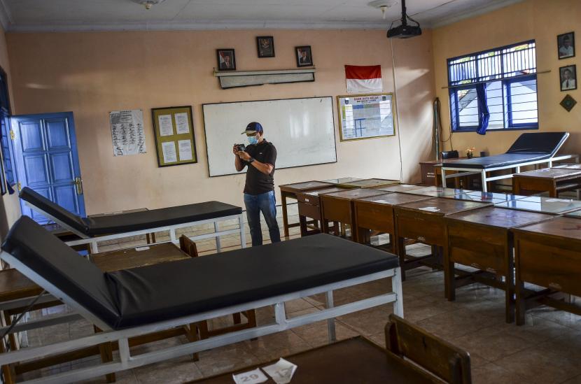 Petugas Satgas COVID-19 mempersiapkan ruang isolasi di ruangan kelas SMP Negeri 1 Kabupaten Ciamis, Jawa Barat, Senin (26/7/2021). Pemerintah Kabupaten Ciamis menyiapkan tempat isolasi untuk pasien terpapar COVID-19 yang tersebar di 28 sekolah dengan kapasitas tempat tidur sekitar 500.