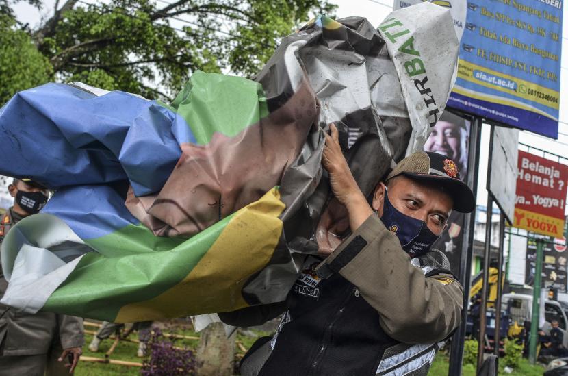 Petugas Satpol PP bersama Bawaslu menertibkan Alat Peraga Kampanye (ilustrasi)