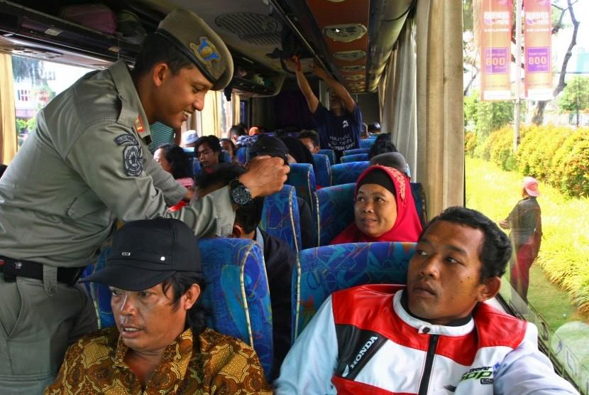 Petugas memeriksa kartu identitas berupa KTP penumpang bus saat melakukan operasi yustisi (ilustrasi)