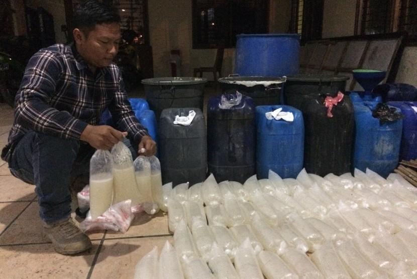 Petugas Satpol PP Kota Tasikmalaya menunjukkan barang bukti berupa miras jenis tuak di Kantor Satpol PP Kota Tasikmalaya, Jumat (30/8) dini hari.