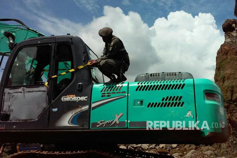 Petugas Satpol PP melakukan penertiban atas tambang ilegal di Desa Cintaraja, Kecamatan Singaparna, Kabupaten Tasikmalaya, Selasa (4/4).