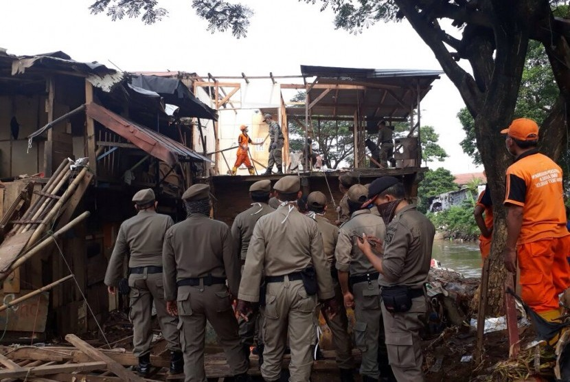 Petugas Satpol PP melakukan penertiban bangunan (ilustrasi)