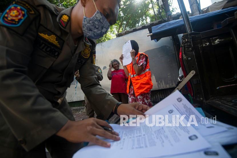 petugas satpol pp mendata warga yang melanggar aturan protokol 200821174356 693