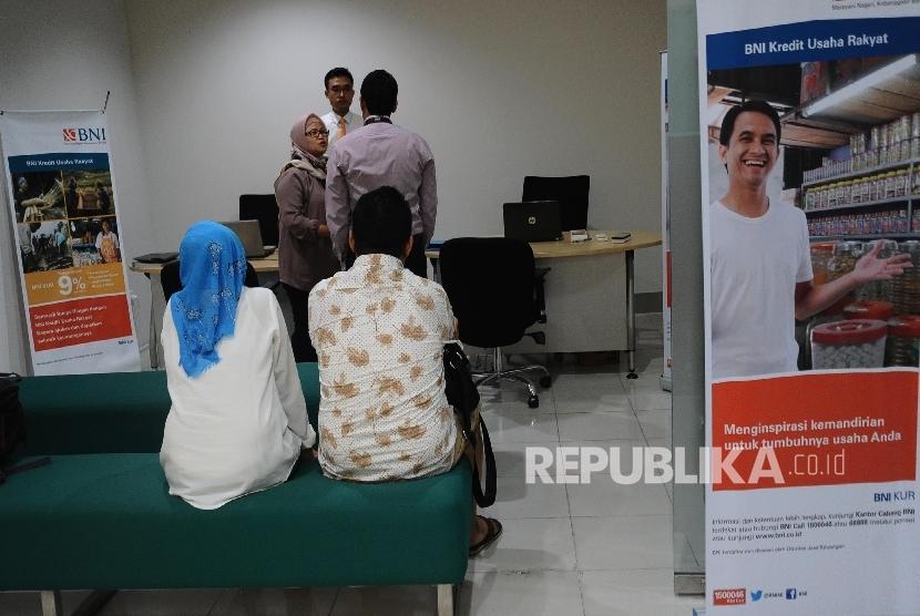 Petugas sedang berbincang dengan debitur di kantor penyaluran Kredit Usaha Rakyat (KUR)Bank BNI, Jakarta, Rabu (24/1).