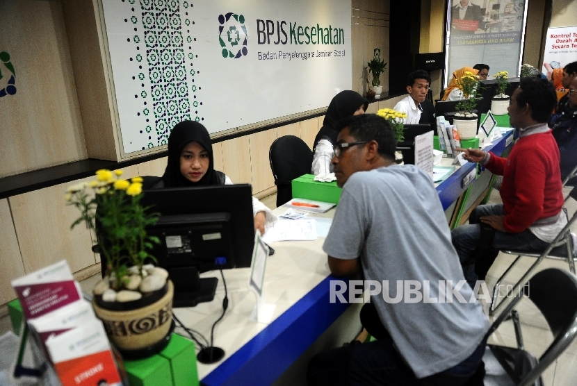 Petugas sedang melakukan pendataan pada pelayanan BPJS Kesehatan di Jakarta, Senin (14/3).