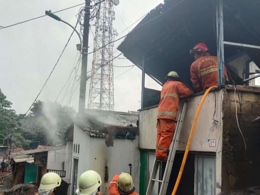 Petugas sedang memadamkan api yang membakar sebuah rumah di pemukiman padat penduduk di Jalan Anggrek, Kelurahan Bintaro, Pesanggrahan, Jakarta Selatan, hangus terbakar pada Sabtu (13/2) pagi.