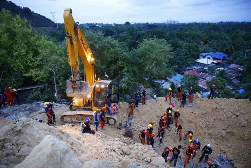 Petugas sedang mencari korban longsor di Kota Naga, Cebu, Filipina, Kamis (20/9).