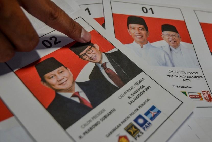 Petugas sortir dan lipat surat suara menunjukan surat suara yang terdapat kerutan di surat suara Pilpres, di Gudang Logistik KPU Kota Tasikmalaya, Jawa Barat, Selasa(19/2/2019).