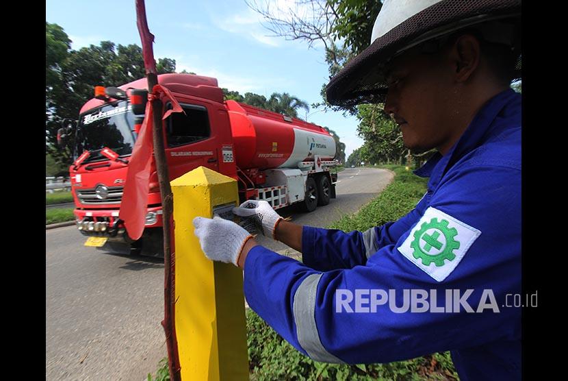 Petugas survey memasang label sertifikasi boundary atau tanda batas pada kawasan jalur pipa minyak milik negara yang dikelola oleh PT. Chevron Pacific Indonesia di Bukit Batrem kota Dumai, Dumai, Riau, Senin (29/10)