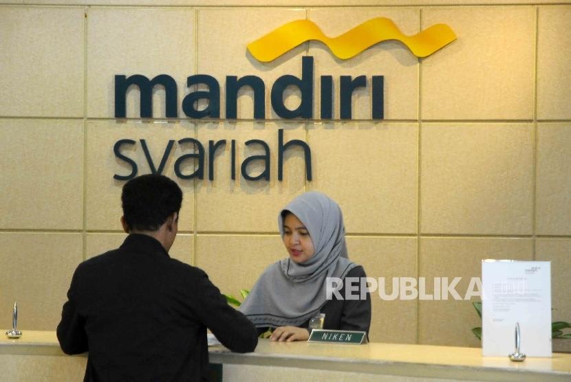 Petugas teller Bank Syariah Mandiri melayani nasabah di Banking Hall BSM, Jakarta (ilustrasi).