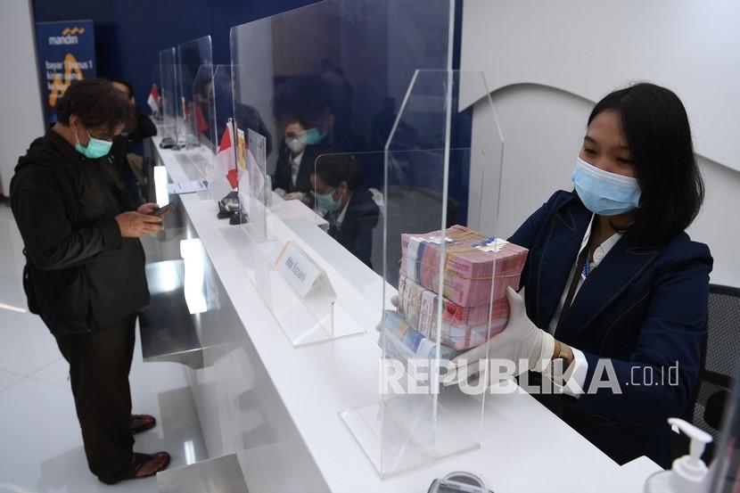 Petugas teller menata pecahan rupiah di Jakarta, Senin (23/8). Hasil Survei Permintaan dan Penawaran Pembiayaan Perbankan Bank Indonesia mengindikasikan penyaluran kredit baru pada Agustus 2021 meningkat dibandingkan bulan sebelumnya.
