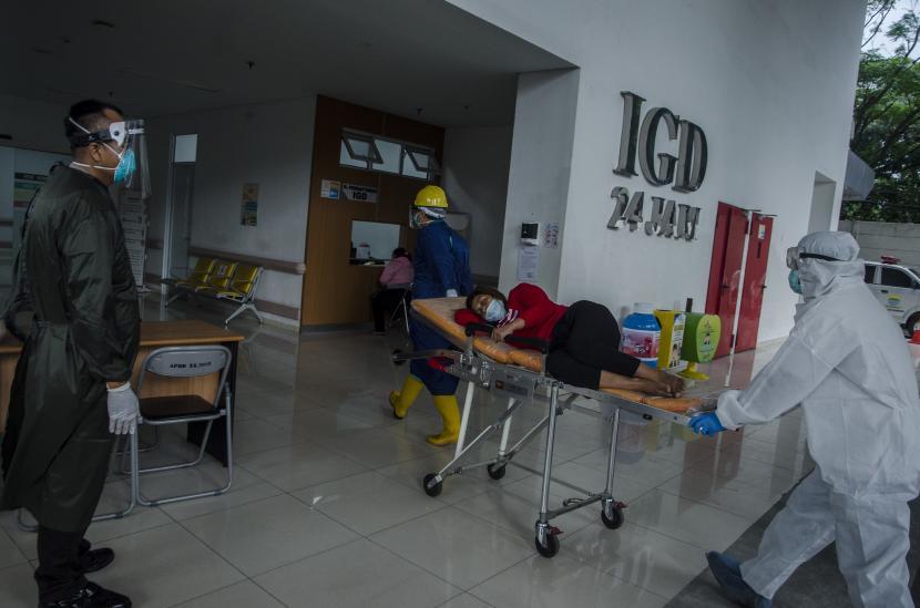 Petugas tenaga kesehatan membawa pasien ke ruangan Instalasi Gawat Darurat Rumah Sakit Khusus Ibu dan Anak, Bandung, Jawa Barat, Rabu (16/6/2021). Kementerian Kesehatan Indonesia menyatakan masyarakat Indonesia harus lebih taat protokol kesehatan COVID-19 karena hingga saat ini telah terdata 145 kasus aktif varian baru COVID-19 yang tersebar di 12 provinsi di Indonesia.