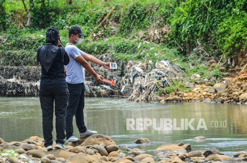 Petugas tim inafis melakukan olah tempat kejadian perkara siswa yang tewas tenggelam di Sungai Cileueur, Desa Utama, Kabupaten Ciamis, Jawa Barat, Sabtu (16/10/2021). Polres Ciamis belum memberikan keterangan resmi terkait peristiwa 11 siswa MTs Harapan Baru yang tewas dalam kegiatan pramuka susur sungai.