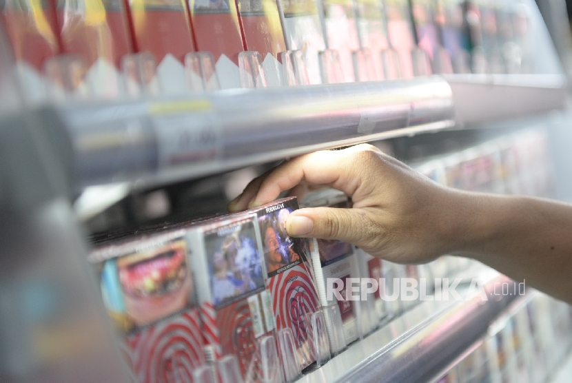 Petugas toko mengambil rokok untuk konsumen di salah satu ritel, Jakarta, Ahad (21/8). (Republika/ Wihdan)