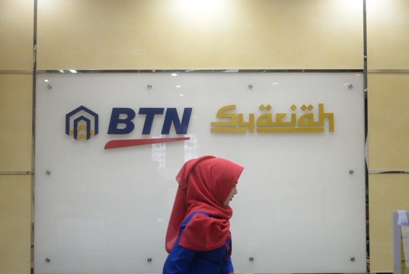 Petugas usai melayani transaksi nasabah di kantor layanan BTN Syariah, Jakarta, Selasa (20/3).