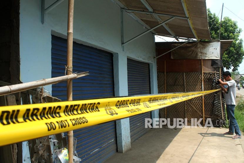 Pewarta mengabadikan toko yang terpasang garis polisi pasca penggerebekan terduga pelaku teroris, di kawasan Babelan, Kabupaten Bekasi, Jawa Barat, Ahad (5/5/2019).