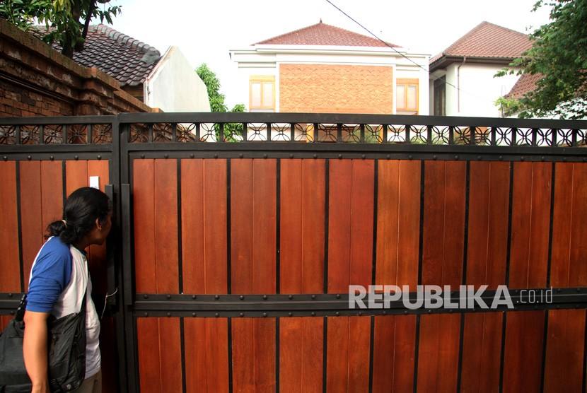 Pewarta mengamati suasana di depan kediaman Ketua Umum PPP Romahurmuziy, di kawasan Kramat Jati, Jakarta, Jumat (15/3/2019).