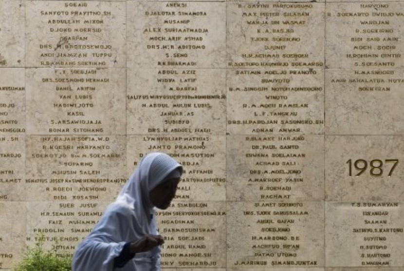 Peziarah melintas di depan nama para pahlawan saat ziarah di Taman Makam Pahlawan Nasional Utama, Kalibata, Jakarta, Rabu (4/11).