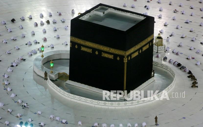 Jamaah melaksanakan sholat subuh pertama bulan suci Ramadhan 1442 H dengan menerapkan protokol kesehatan di Masjidil Haram, Makkah, Selasa (13/4).