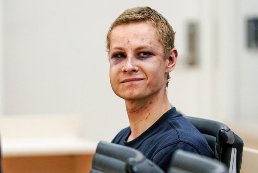 Philip Manshaus (21 tahun), muncul di Pengadilan Norwegia dengan wajah memar.