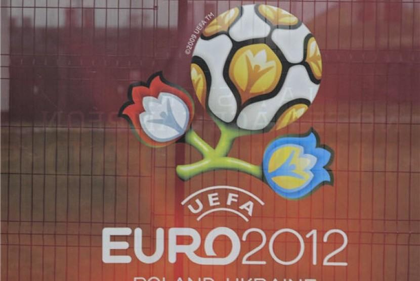 Polisi Yang Membagikan Stiker Piala Euro