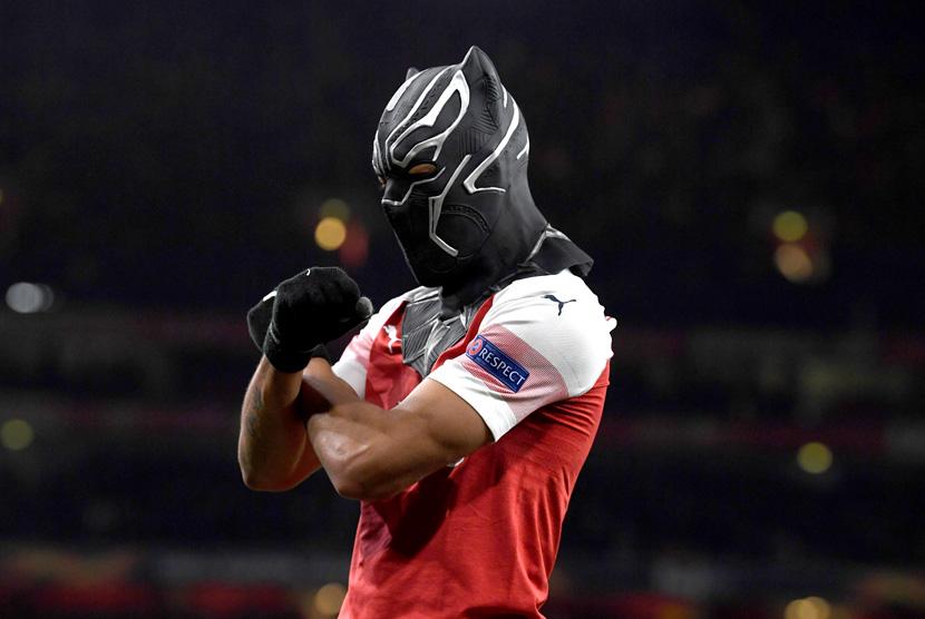 Pierre-Emerick Aubameyang kenakan topeng Black Panther.