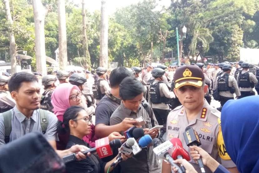 Pihak Polda Metro Jaya melaksanakan apel pagi persiapan pasukan pengamanan kedatangan massa pendukung Amien Rais, Rabu (10/10) pagi. Apel dipimpin oleh Kapolres Jakarta Selatan Indra Jafar.