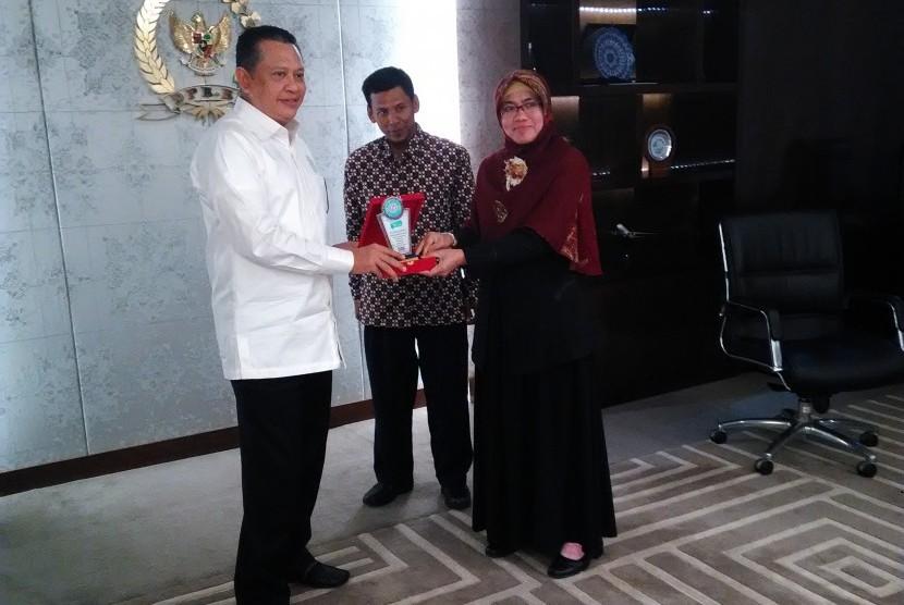 Pimpinan AMIK BSI Bogor, Eni Heni Hermaliani (kanan) memberikan cindera mata kepada Ketua DPR Bambang Soesatyo.