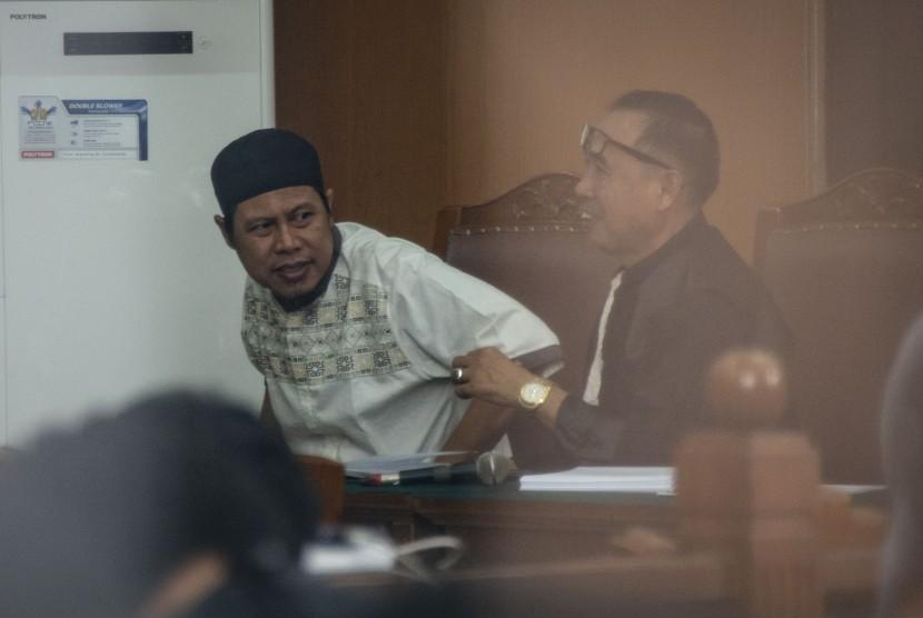 JAD Zainal Anshori alias Abu Fahry alias Qomaruddin bin M Ali (left) attends the inaugural season of Jamaah Ansharut Daulah (JAD) dissolution at South Jakarta District Court, Jakarta, Tuesday (July 24).